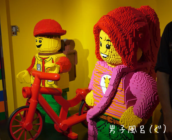 入口の中にあるレゴのフィグ