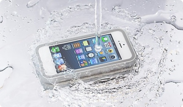 130316-iphone5-softbank-waterproofing-case.jpg