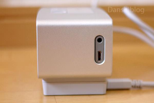 SoundLink Mini Bluetooth speaker II の側面にはLine端子と充電端子がある